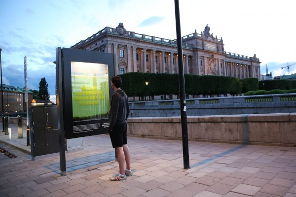 Sustainable OOH: Sea Foundation showcases the algae water in its panel, JCDecaux Netherlands