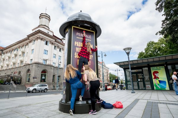Earn a Pergale chocolate treat, gamification column, JCDecaux Lithuania, 2017