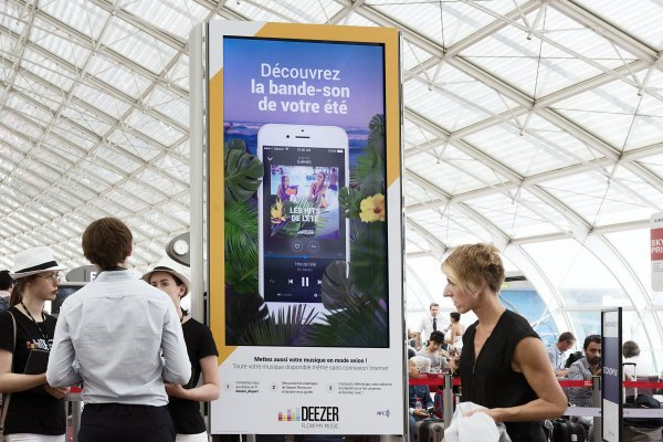 Deezer digital panel at JCDecaux France, Paris airport, 2017, Drive to app