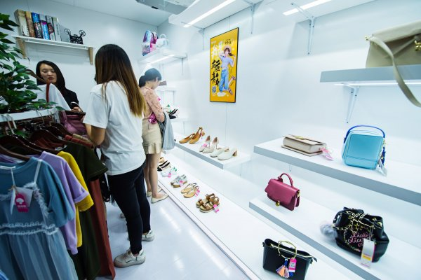 The shopping app Mugu Street set up a special pop-up store in Shanghai metro station, SAMDecaux, 2017