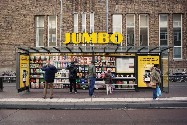 Jumbo supermarket simplified the drive-to-store concept with a bus shelter wrap, JCDecaux Netherlands, 2016