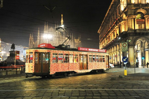 Rossini Pizza campaign in Italy, Christmas special lighting tram, IGPDecaux, 2015