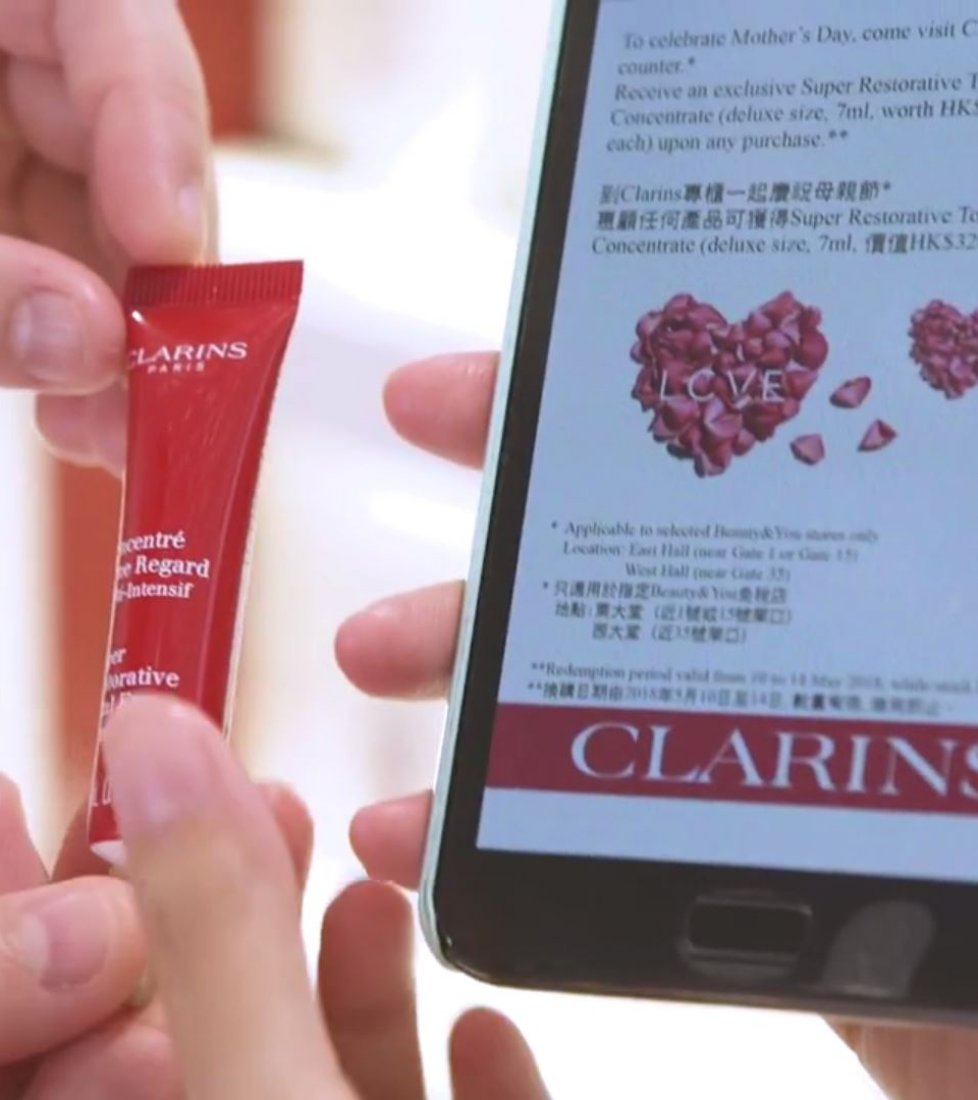 Clarins digital interactive totem at JCDecaux HKIA, 2018-07